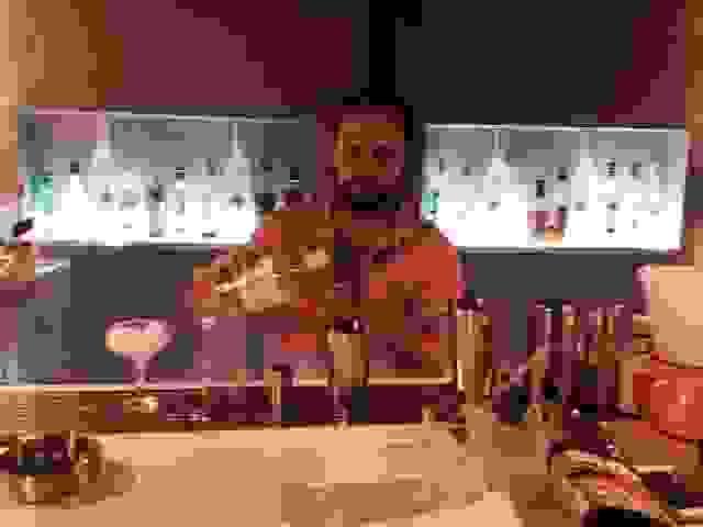 BAROQUE: Ο ΜΑΚΗΣ ΜΑΣ ΦΤΙΑΧΝΕΙ ΕΝΑ HONEY BASIL SMASH! (VIDEO)