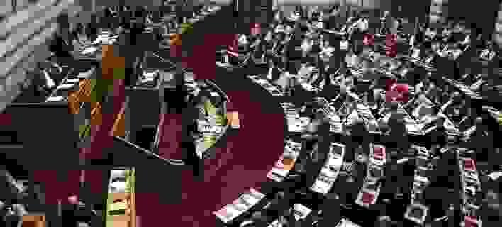 Δείτε Live τη συζήτηση στην Ολομέλεια της Βουλής