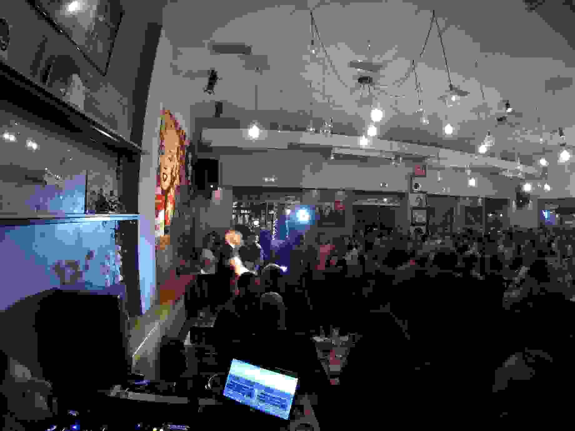 BEE'S KNEES: ΜΙΑ ΔΙΑΦΟΡΕΤΙΚΗ LIVE ΒΡΑΔΙΑ ΜΕ ΤΟΝ ΣΤΕΛΙΟ ΜΑΓΑΛΙΟ (βιντεο)
