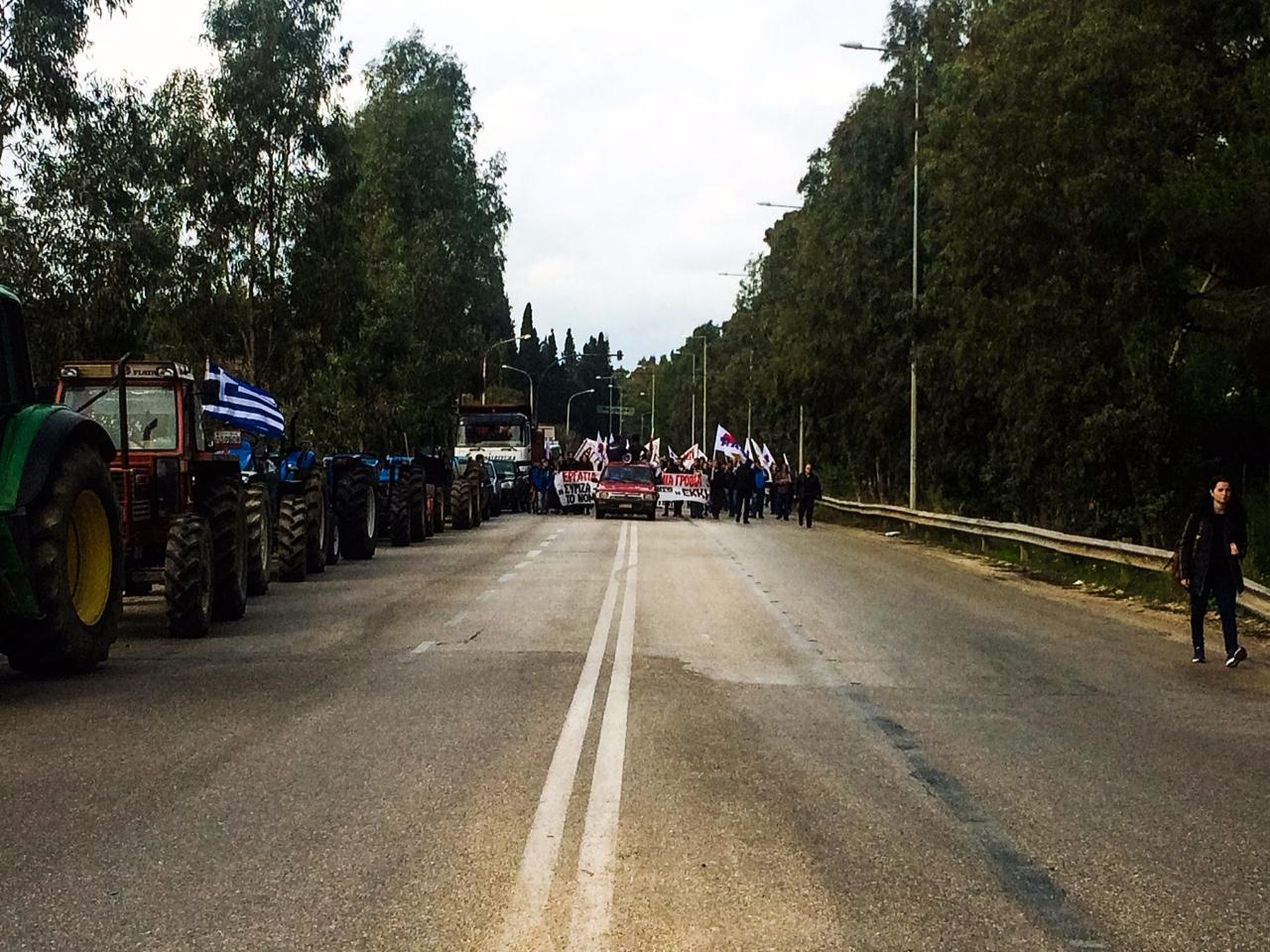 ΤΩΡΑ: Η πορεία του ΠΑΜΕ έφτασε στο μπλόκο των αγροτών της Κρανιάς!