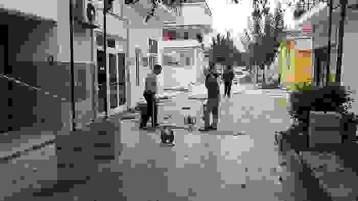 ΔΗΜΟΣ: ΞΕΚΙΝΗΣΕ ΤΟ ΕΡΓΟ ΤΗΣ ΑΠΟΚΑΤΑΣΤΑΣΗΣ ΤΩΝ ΖΗΜΙΩΝ ΑΠΟ ΤΟΥΣ ΣΕΙΣΜΟΥΣ ΣΤΗΝ ΠΛΑΤΕΙΑ ΛΗΞΟΥΡΙΟΥ ΚΑΙ ΣΤΟΥΣ ΠΑΡΑΚΕΙΜΕΝΟΥΣ ΠΕΖΟΔΡΟΜΟΥΣ