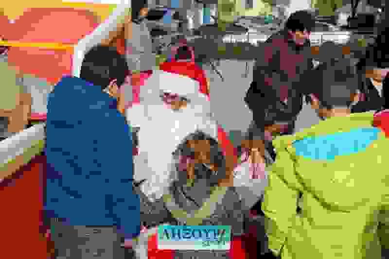 Παραμονή Πρωτοχρονιάς στην πλατεία Ληξουρίου με Άγιο Βασίλη, τραγούδια και πολύ κρύο.