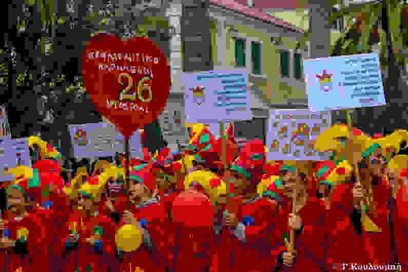 Με βροχή, τρέλα και… σοβαρές ανακοινώσεις το καρναβάλι στο Αργοστόλι! (εικόνες + βίντεο)