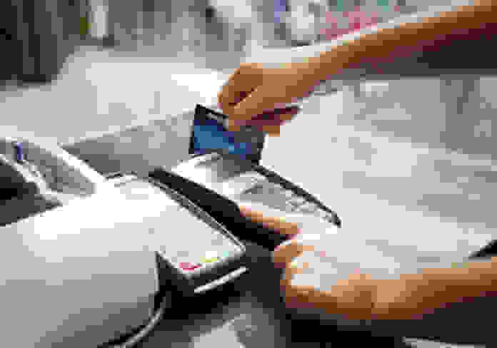 Νέες φορο-«καμπάνες»: Πρόστιμο 100€ για αγορές άνω των 500€ με μετρητά