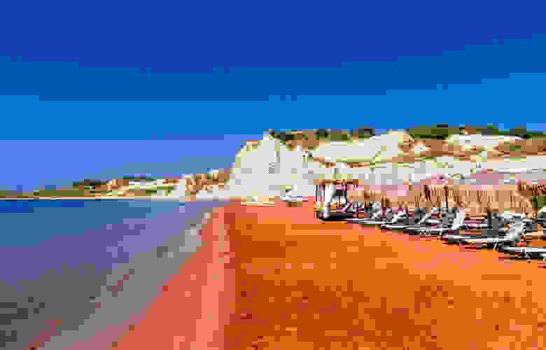 Στην Κεφαλονιά η πορτοκαλί παραλία του Ιονίου που υπόσχεται ένα εξωτικό καλοκαίρι (photos)