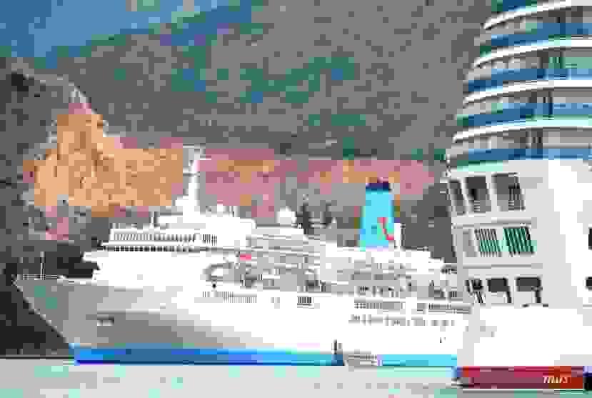 «Πλημμύρισε» από κόσμο σήμερα το Αργοστόλι -Τρία κρουαζιερόπλοια στο λιμάνι με πάνω από 4.700 επιβάτες (εικόνες)