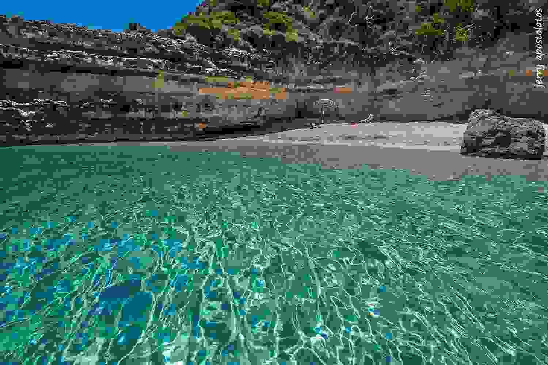 Μια μοναδική παραλία με τιρκουάζ νερά στην Κεφαλονιά . Εικόνες που θα σας μαγέψουν
