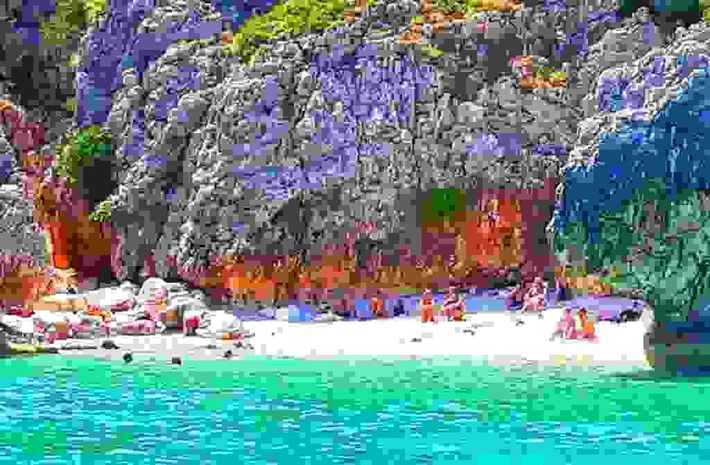 Η κρυφή παραλία Κακό Λαγκάδι στην Κεφαλονιά με τα γαλαζοπράσινα νερά (εικόνες)