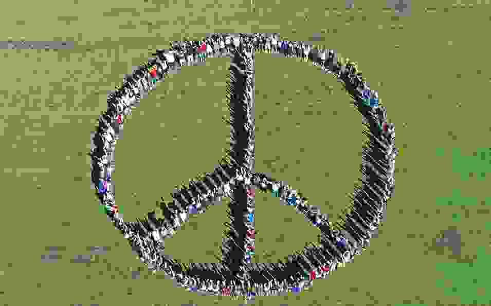 Ιθάκη: Έστειλαν μήνυμα για την Παγκόσμια Ειρήνη σχηματίζοντας με τα σώματα τους το σύμβολο της Ειρήνης