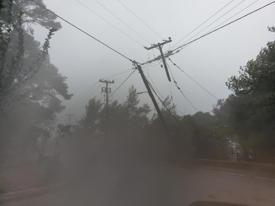 Χάος στους δρόμους του Αργοστολίου  Πεσμένες κολόνες και δέντρα στη Ναυτική Σχολή [εικόνες]