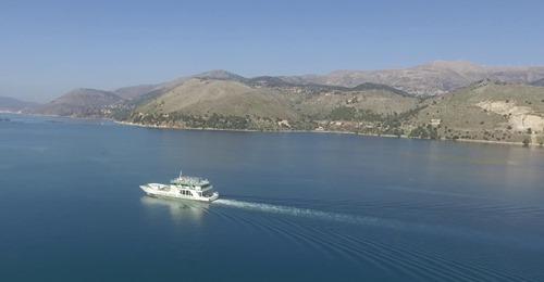 Αργοστόλι: Πετάμε πάνω από την είσοδο του λιμανιού παρέα με το φέρι του Ληξουριού [βίντεο]