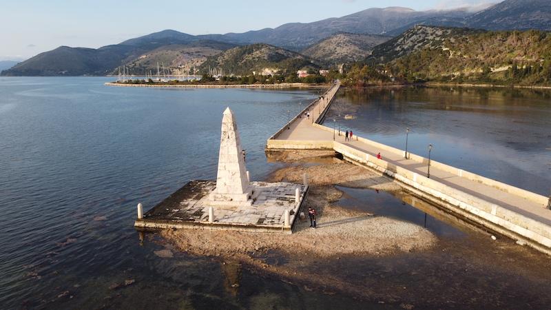 Άμπωτη: Το φαινόμενο που «στέρεψε» τη θάλασσα στη Γέφυρα De Bosset – Εικόνες από Drone