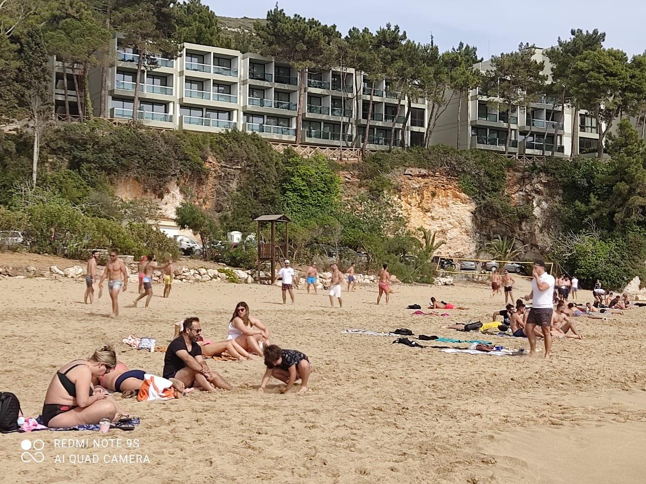 Άφησαν τις σούβλες και ξεχύθηκαν στις παραλίες –Το αδιαχώρητο στον Πλατύ Γιαλό