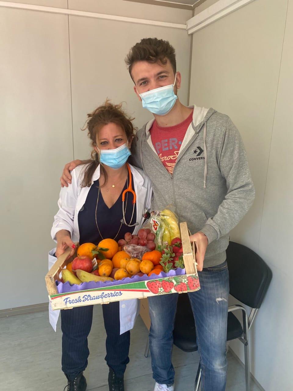 Οι επιχειρήσεις Πολλάτος και Ντίνα στηρίζουν τον εμβολιασμό στο νησί μας – Προσφορά φρούτων και γλυκών στο προσωπικό του εμβολιαστικού κέντρου