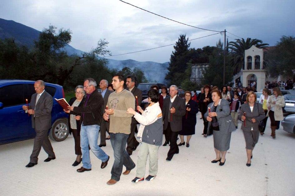 Το πασχαλινό έθιμο της «χορευτικής Αγάπης» στον Άγιο Αθανάσιο Αγίας Ειρήνης [εικόνες]