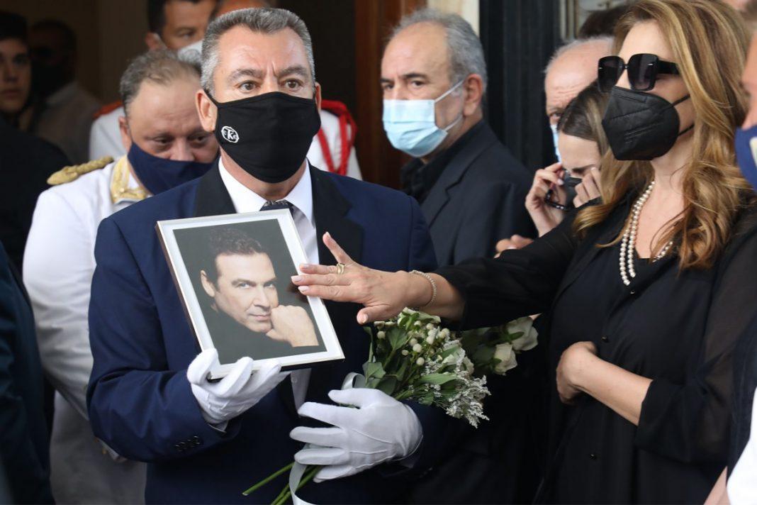 Συντετριμμένες η Άντζελα Γκερέκου και η κόρη της – Το χάδι στη φωτογραφία του Τόλη Βοσκόπουλου